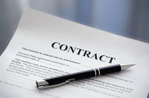 עמוד של חוזה ועט